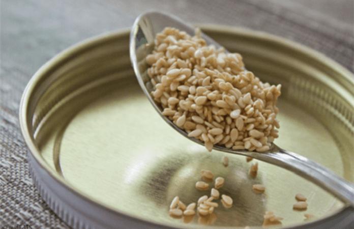 Αποβάλλετε νικοτίνη, μειώστε χοληστερίνη-ζάχαρο, ρυθμίστε θυρεοειδή με… Σουσαμόνερο
